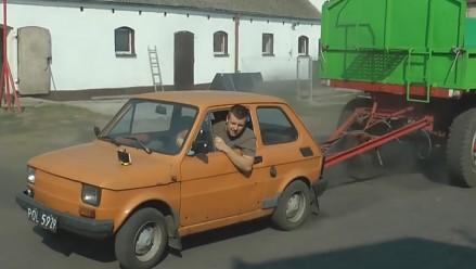 Fiat 126p ciągnie cztery duże przyczepy - razem 20 ton!