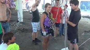Nietypowy skok na linie. Kobieta skacze przez dziurę w betonie