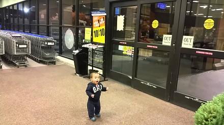 Reakcja dziecka na automatyczne drzwi