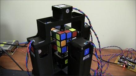 Najszybszy na świecie robot układający kostkę rubika