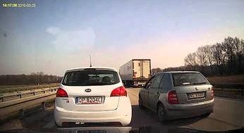 Kobieta za kierownicą zatrzymała się na lewym pasie autostrady