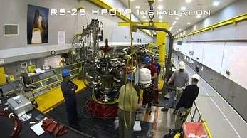 Montaż silnika RS-25 dla nowej rakiety NASA