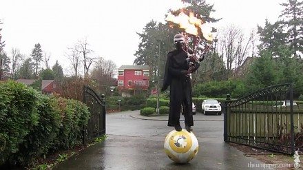 Kylo Ren jeździ na BB-8 i gra na ognistych dudach w deszczu