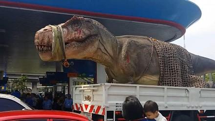 W Tajlandii przewiozą wszystko, nawet dinozaura