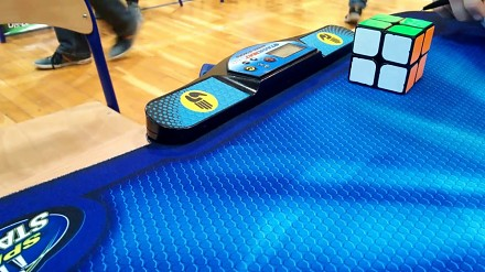 Polak ustanawia rekord świata w układaniu kostki 2x2