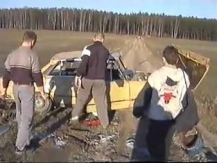 Stunt fiatem 125p w wykonaniu wiejskiej grupy kaskaderskiej