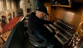 Motyw z Interstellar wykonany na organach i pianinie