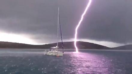 Piorun uderzył bardzo blisko łódki