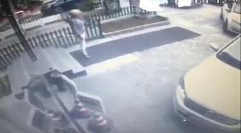 Nie stój na dywanie, po którym jedzie auto