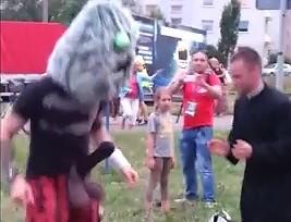 Ksiądz nie zauważył czarnej pały i zatańczył z potworem