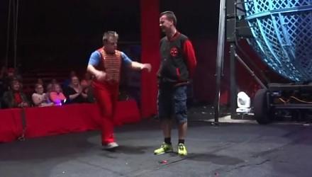 Zgłosił się na ochotnika na cyrkowym pokazie. Ten występ zapamięta na długo