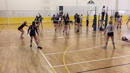 Dziewczyna wybrała oryginalny sposób na obronę punktu podczas gry w siatkówkę