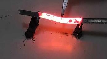 Topienie różnych metalowych przedmiotów za pomocą elektryczności