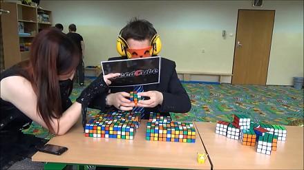 Marcin Kowalczyk rekordzistą świata w układaniu kostek rubika z zamkniętymi oczami