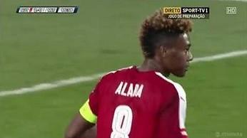 David Alaba podaje piłkę do... swojej bramki