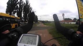 Rowerzysta na chodniku, biegacz na ścieżce