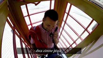 W Warszawie pojawiła się tajemnicza budka telefoniczna, która... rozdawała piwo!