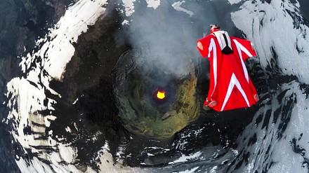 Roberta Mancino przelatuje nad aktywnym wulkanem