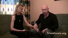 Seks coach uczy jak nawiązać kontakt fizyczny i droczyć się z kobietą