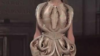 Morskie stworzenia jako ubrania na pięknych modelkach - niecodzienny pokaz w Paryżu