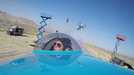 Skakanie z mostu to adrenalina? Tu jest prawdziwe kombo