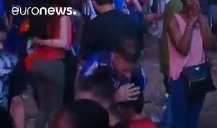 Piękno futbolu - mały Portugalczyk pociesza Francuza