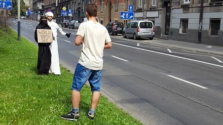 Arabska para łapie stopa na ŚDM w Krakowie