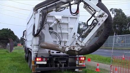 Robienie wykopu przy pomocy maszyny, która zasysa ziemię