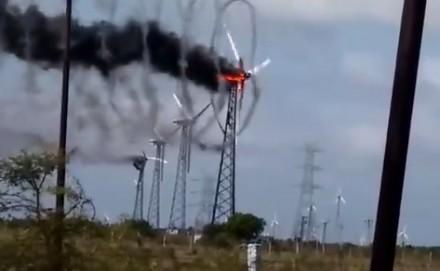 Efektowny pożar farmy wiatrowej