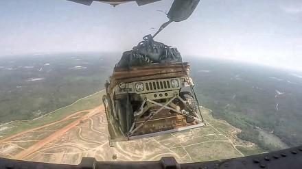 Ćwiczenie zrzutu ośmiu Humvee z samolotu C-17 widziane z bliska