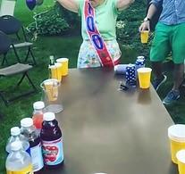 Staruszka gra w beer ponga w swoje 100. urodziny