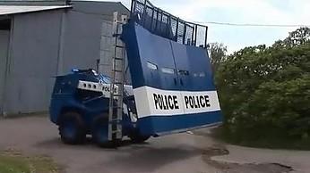 Opancerzony pojazd do opanowywania ulicznych zamieszek