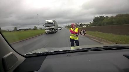 Taniec pani kierującej ruchem na drodze w Estonii