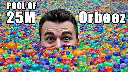 25 milionów kuleczek Orbeez w basenie
