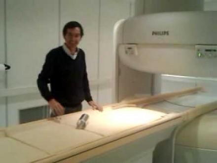 Rolka folii aluminiowej w polu magnetycznym MRI