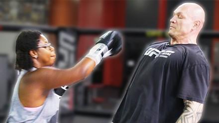 Zwykli ludzie próbują uderzyć zawodnika UFC