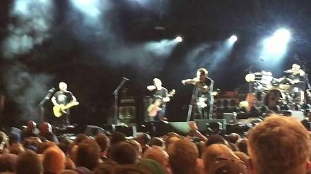 Eddie Vedder wyprosił z koncertu damskiego boksera