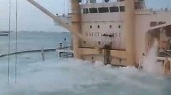 Statek tonie w porcie podczas przeładunku