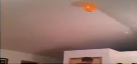 Jak sięgnąć balon unoszący się pod sufitem?