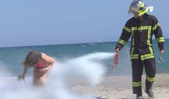 Remi Gaillard jako strażak w akcji społecznej