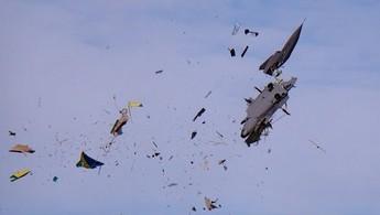Rozpadający się w powietrzu model RC Saab JAS 39 Gripen w skali 1:2