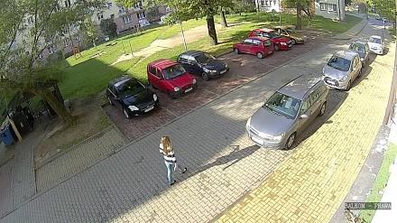 Wyjazd blondynki z parkingu