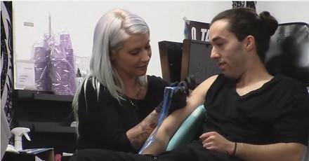 Bliźniacy wkręcają tatuażystkę w salonie