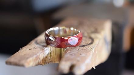 Biżuteria pólszlachetna, czyli obrączka z miedzi w kolorze czerwonym