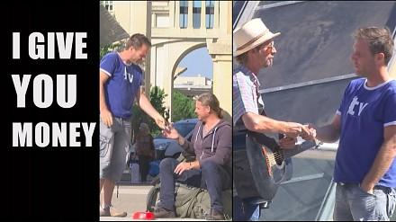 Hojny Remi rozdaje ludziom na ulicy pieniądze