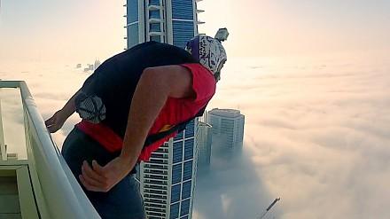 Skok z wieżowca w chmury