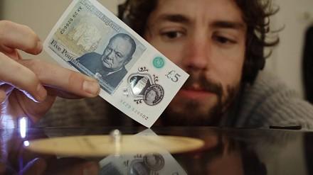 Co można zrobić z nowym banknotem pięciofuntowym?