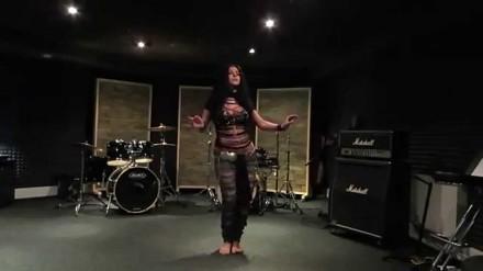Diana Bastet tańczy przy AC/DC