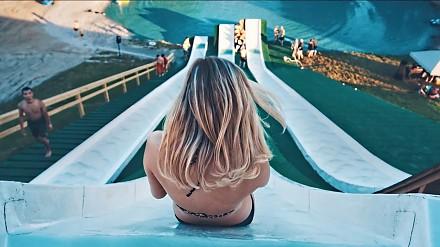 Wspomnienie wakacji. Najlepsze skoki do basenu ze zjeżdżalni