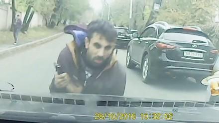 Cygan rzuca się na samochód by wymusić odszkodowanie